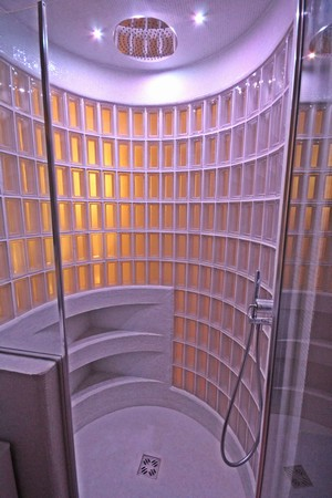 bagno padronale - particolare cilindro box doccia in vetrocemento e mosaico vetroso